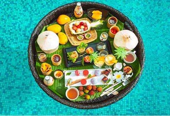 桌子上的盘子里放着不同颜色的食物  描述已自动生成