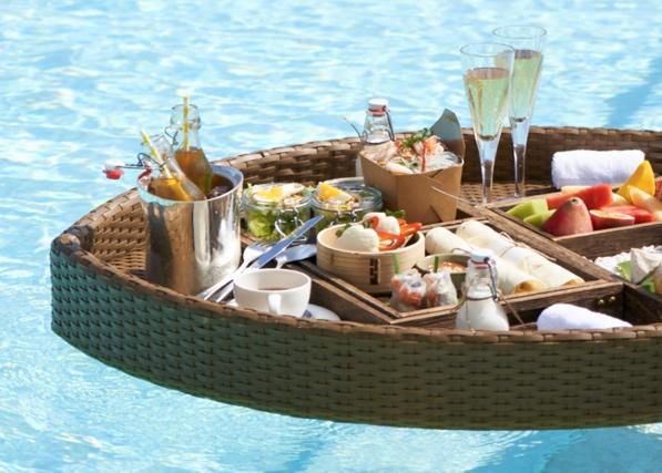 桌子上摆放着一些水果的船上  中度可信度描述已自动生成